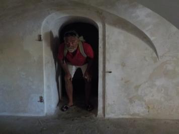 fangegrotten under fortet - der var både lille og mørk, højden var så lav at man kunne ikke stå oprejst